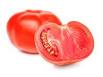 En ny hel och klippt tomat, ett snitt ut med texturen och en snabb bana Röd huggen av tomat som isoleras på en vit Royaltyfria Bilder