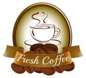 En ny kaffeetikett med en kopp av varmt kaffe Arkivbilder