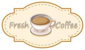 En ny kaffeetikett med en kopp av varmt kaffe Arkivbild
