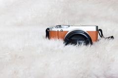 En ny kamera på en vit bakgrund Fotografering för Bildbyråer