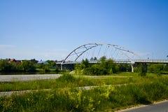 En ny modern bro över strömförsörjningen i Bergrheinfeld, Bayern, Tyskland royaltyfria bilder