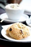 En ny scones med russin med kaffe Arkivbilder