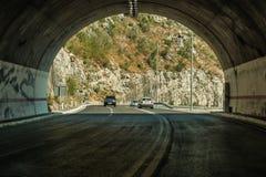 En ny väg till och med en tunnel i bergen av Montenegro Arkivbilder