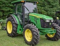 En nya John Deere 5085M Tractor Arkivbild
