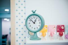 En o& x27; klocka på de blåa väggklockorna Royaltyfri Bild