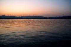 En observant le soleil allez vers le bas au-dessus du lac sunset photos stock