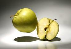 En och en halv av äpplen Royaltyfri Foto