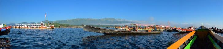 En octubre de 2015, gente que celebra festival de la pagoda en el lago Inle, Myanmar Imagen de archivo libre de regalías