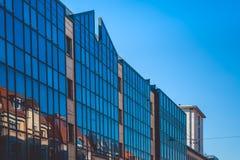 En octubre de 2018 Shtuttgard, Alemania Arquitectura de cristal moderna en la ciudad Cielo azul Verano Centro de negocios fotografía de archivo libre de regalías
