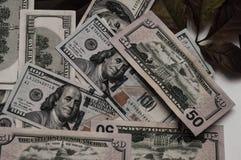 En oerhörd mängd pengar visas i bilden arkivfoton