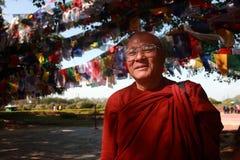 En oidentifierad besökMayadevi för buddistisk munk tempel på Februari 08, 2014 i Lumbini, Nepal royaltyfri foto