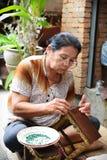 En oidentifierad för byggandealtare för gammal kvinna tabell Arkivbilder
