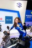 En oidentifierad kvinnlig presentatör poserar i Bangkok den internationella motoriska showen 2017 arkivbilder