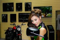 En oidentifierad kvinnlig presentatör poserar i Bangkok den internationella motoriska showen 2017 fotografering för bildbyråer