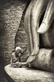 En oidentifierad lönrespekt för gammal kvinna till den forntida buddha sten Royaltyfria Foton