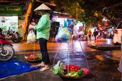 En oidentifierad traditionell säljare bredvid gatan Arkivbilder