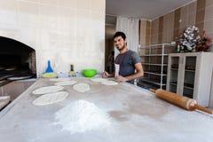 En okänd bagare i ett traditionellt turkiskt bageri Arkivbild