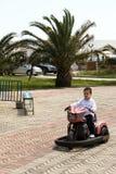 En okänd pojke rider en liten motorcykel i parkera Royaltyfria Bilder