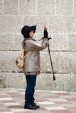 En okänd turist fotograferar sikt i Kotor, Montenegro Royaltyfri Fotografi