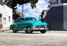 En Oldtimer på vägen i Kuba Fotografering för Bildbyråer