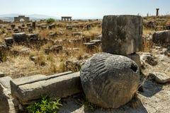 En olje- press för romersk sten med en strimmig konisk stam på fördärvar av Volubilis i Marocko Arkivfoton