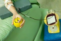 En oljedosering donerar blod på hemotransfusionstationen Arkivfoton