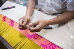 En ombyggnad för Jamdani sareearbetare en gungarulle Arkivbilder
