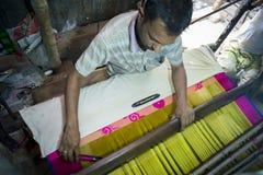 En ombyggnad för Jamdani sareearbetare en gungarulle Fotografering för Bildbyråer