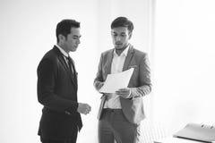 En onderhandeling die van de zakenmanpartner raadplegen de bespreken stock fotografie