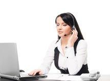 En operatör för kundservice som arbetar i ett kontor på vit Arkivfoto