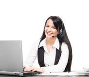 En operatör för kundservice som arbetar i ett kontor på vit Arkivfoton