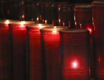 En ordning av bönstearinljus i en kyrka Royaltyfri Fotografi