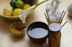En ordning av kryddan, olja och masserahjälpmedel som används i Ayurved Arkivbild
