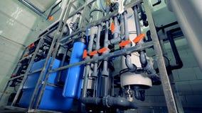 En ordning av vattenrör och behållare för dialysrening stock video
