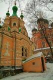 En ortodox kyrka i Moskva Arkivfoto