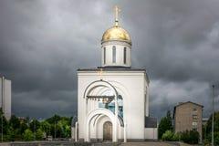 En ortodox kyrka med en guld- kupol arkivfoto