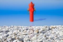 En osannolik vattenpost på sjösidan Alldeles av vattenbegreppsbilden royaltyfri fotografi