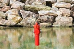 En osannolik vattenpost p? sj?sidan Alldeles av vattenbegreppsbilden fotografering för bildbyråer