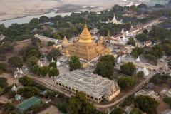 Shwezigon Pagoda - Bagan - Myanmar Royaltyfria Bilder