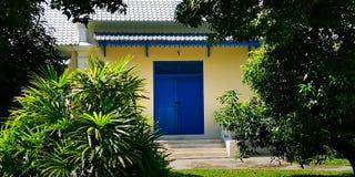 En oud, nog overweldigend, onlangs geschilderde, blauwe dubbel-deur, op een klassieke mooie Thaise structuur royalty-vrije stock foto's