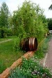 En ovanlig dekor av parkeragränden i form av trummor arkivbilder