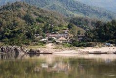 En by på flodbanken Royaltyfri Foto