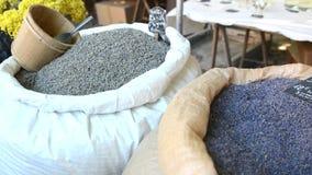 En påse av lavendel vid vikt, torra buketter på marknaden i Provence lager videofilmer