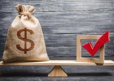 En påse med pengar och en röd kontrollfläck av en stämma på våg Begreppet av service övar påtryckningar för lagar och reglemente  arkivbild
