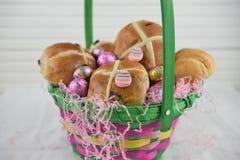 En påskkorggåva fyllde med mat- och chokladägg Royaltyfria Bilder