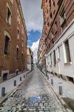 En pöl i en historisk gata i i stadens centrum Madrid arkivbild