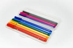 En packe av färgpennor i en isolerad vit ask Arkivfoton