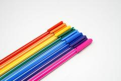 En packe av isolerade färgpennor Royaltyfria Bilder