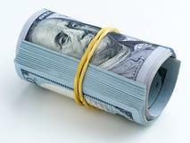 En packe av pengar som binds med en gummiband Arkivbild