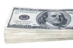 En packe av tio tusen amerikanska dollar i räkningar av hundra dollar På en vit bakgrund isolerat Arkivbild
